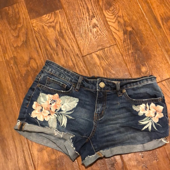 Aeropostale Pants - Flower shorty shorts